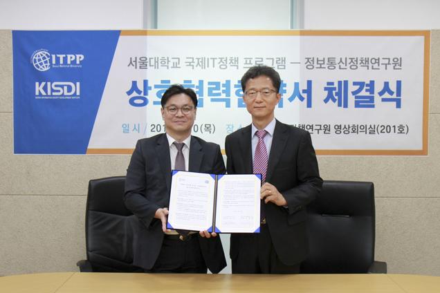정보통신정책연구원(KISDI) 김대희 원장과 서울대학교 국제IT정책 프로그램(ITPP) 황준석 주임교수가 10일 KISDI 회의실에서 ICT 국제개발협력 관련 상호협력협약서를 체결했다.